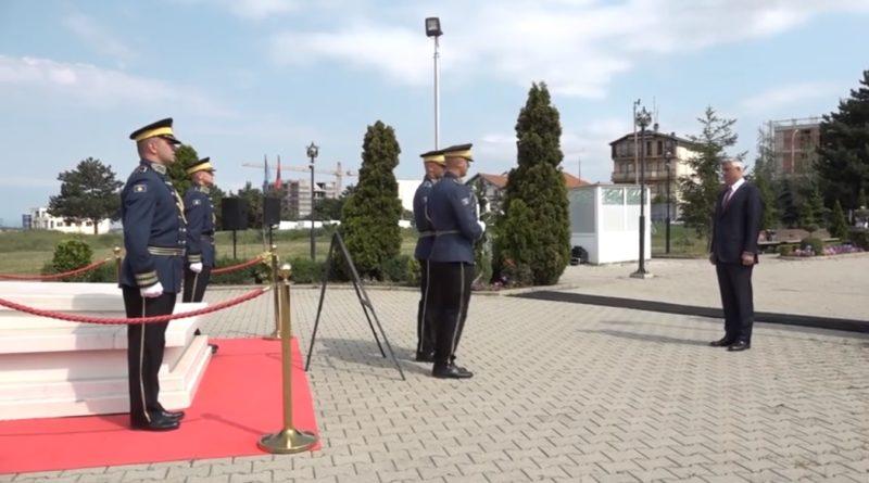 Thaçi para varrit të Rugovës: Nuk e di kur kthehem nga Haga, por do kthehem i pastër